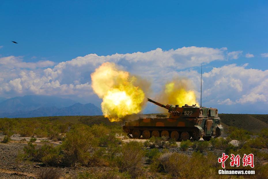 新疆军区某装甲团野外生疏地域进行实弹射击