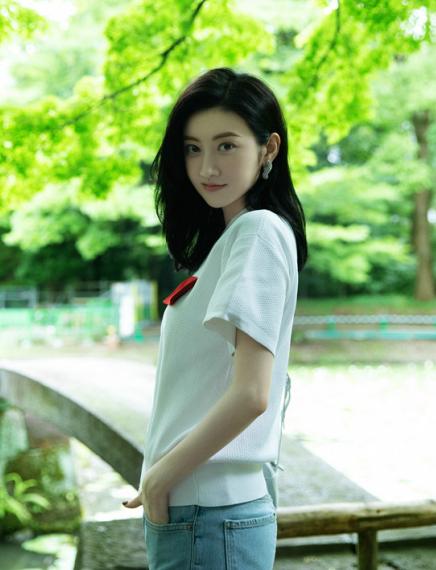 白T也能穿出范儿 景甜演绎夏日穿搭