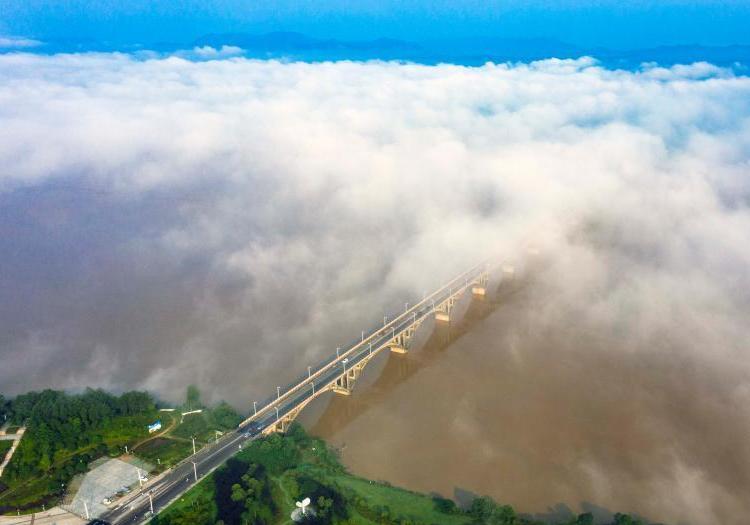 航拍江西新干县云雾美景 云开雾散美若仙境