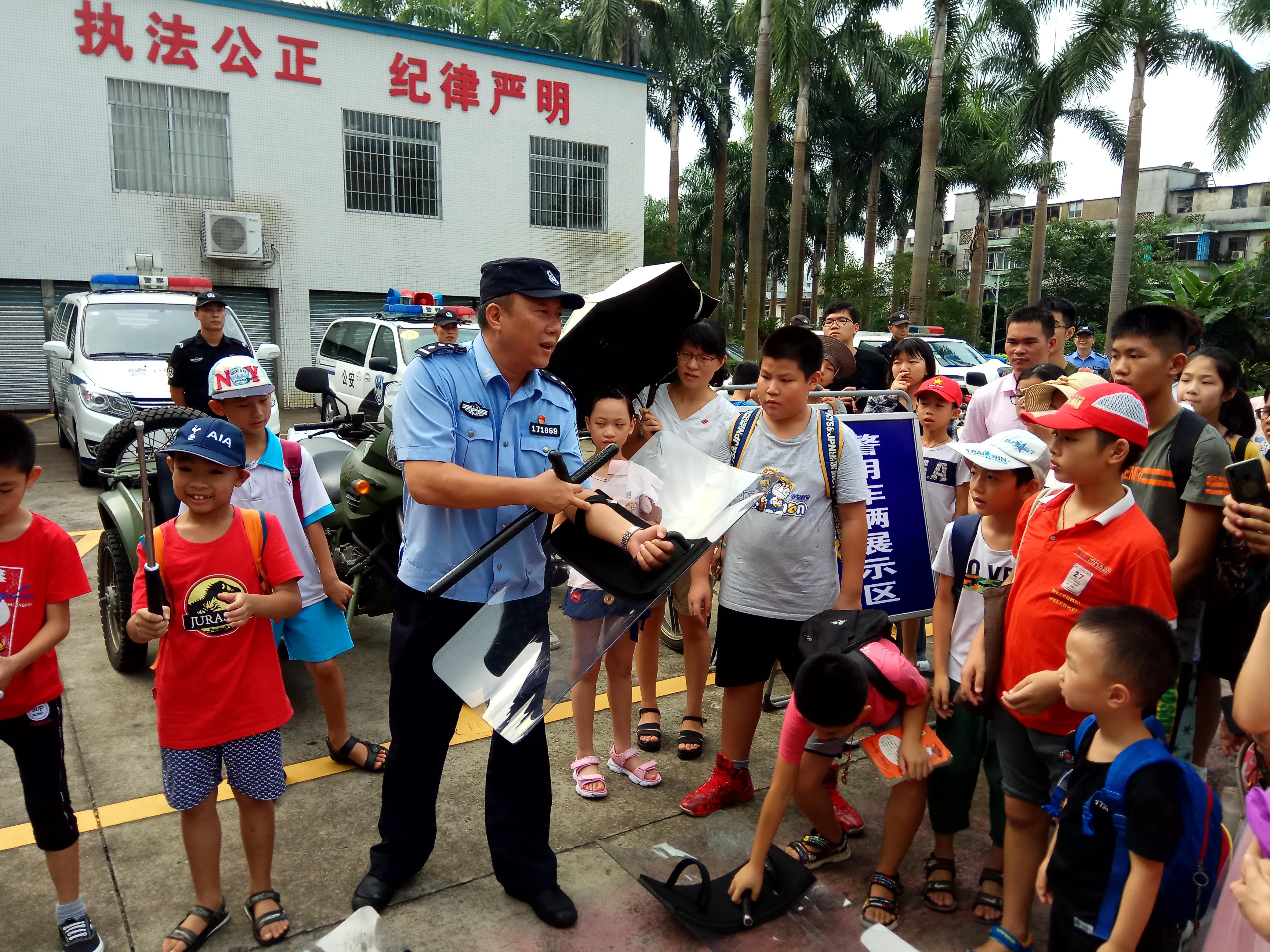 蓬江警营开放日活动 市民体验警械