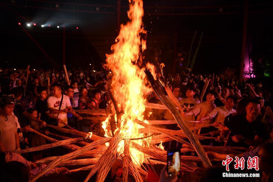昆明火把点燃狂欢节
