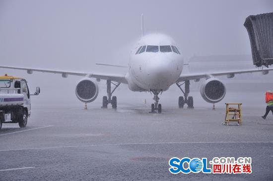 雷暴致成都双流机场大面积航班延误