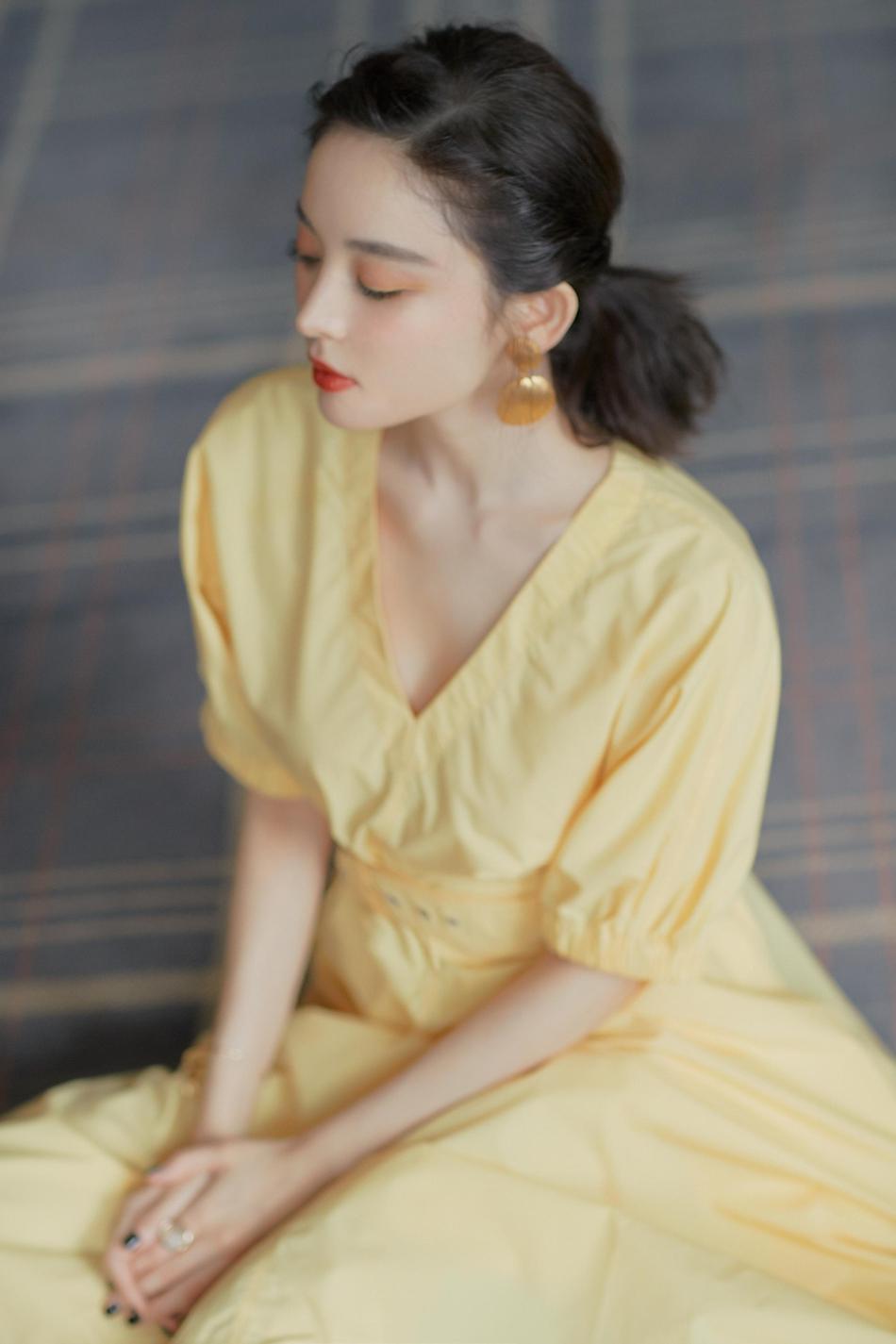 娜扎穿鹅黄色长裙配复古编发现身 清新俏皮灵动不失甜美