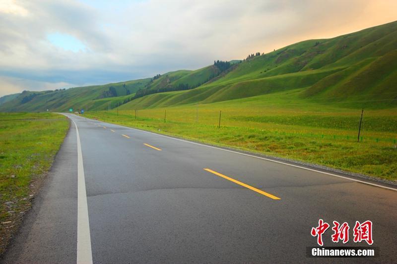 新疆独库公路迷人的自然风光 感受丹霞深谷地貌