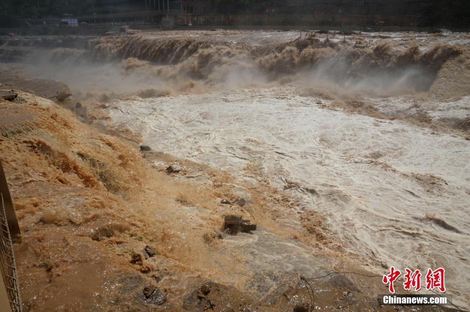 黃河壺口瀑布波濤洶涌