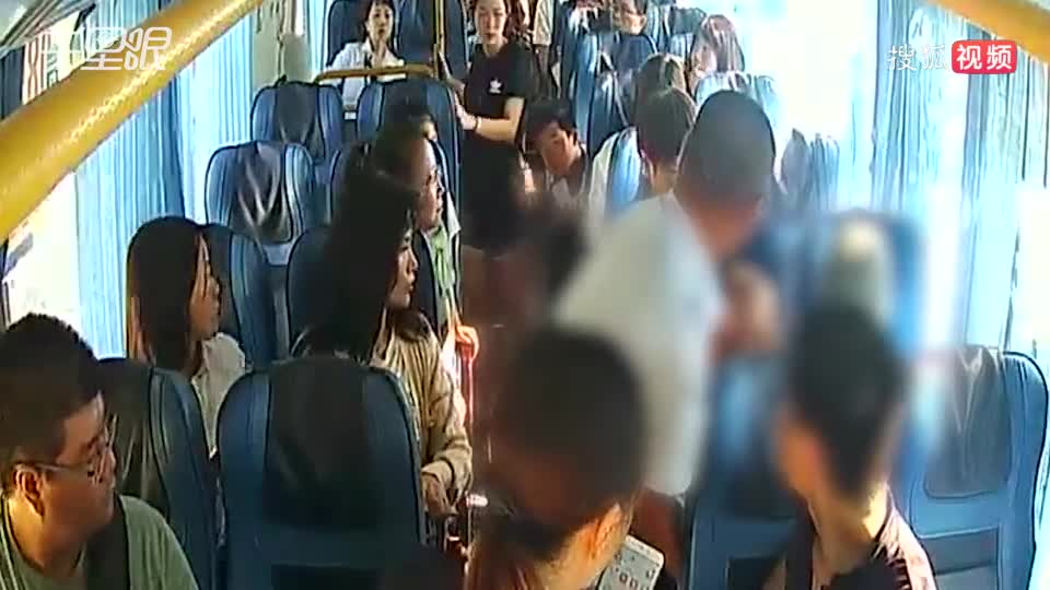 70歲老人公交車上突發羊癲瘋抽搐 幸虧司乘人員及時相救