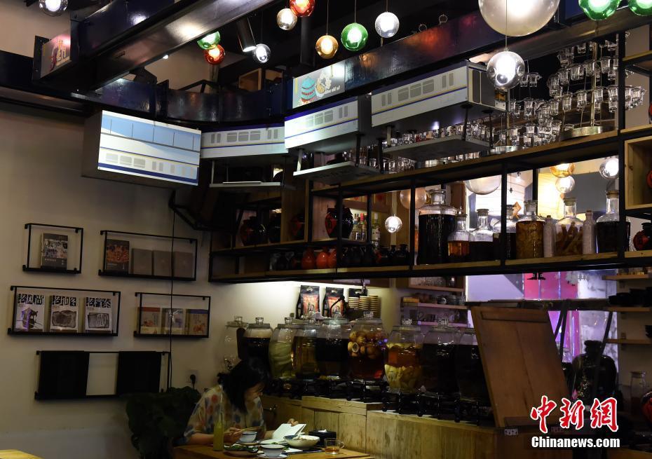 """重庆一餐厅用""""轻轨""""传菜 打造出3D魔幻特色"""