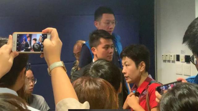 过分! 内地女记者香港采访遭围堵