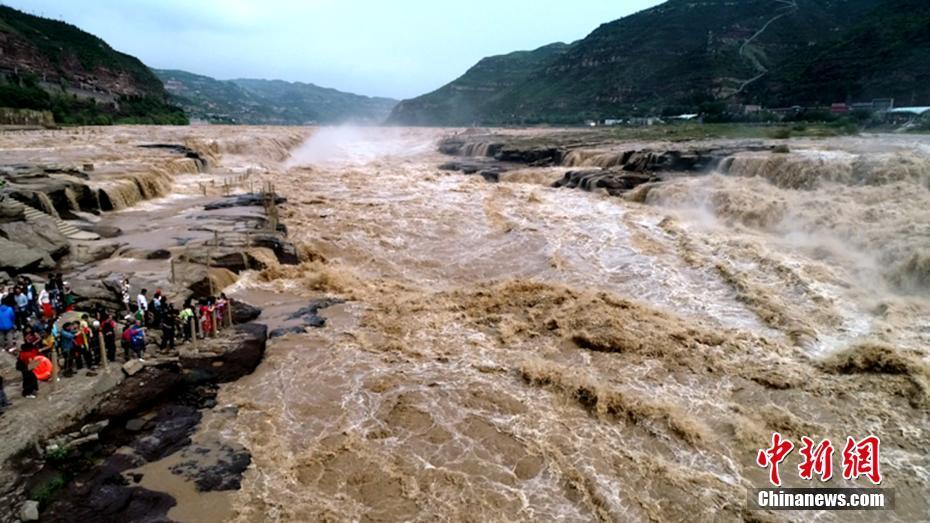 黄河壶口瀑布现大洪峰