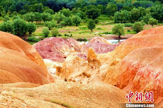 新疆神秘多彩的五彩灘