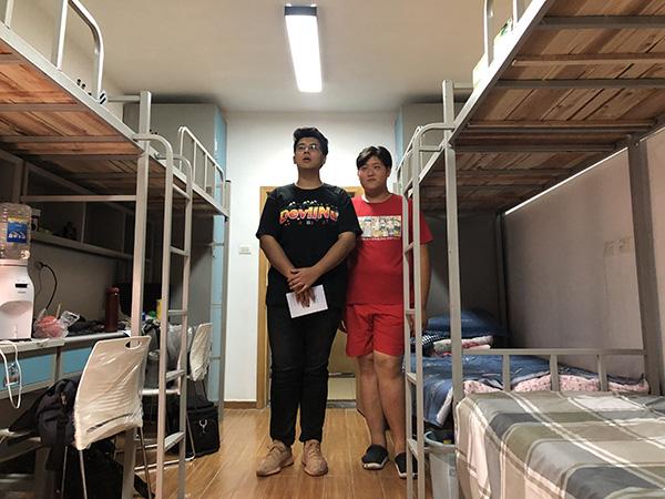 武汉一高校建校15年首迎身高超2米新生,学校定制加长床