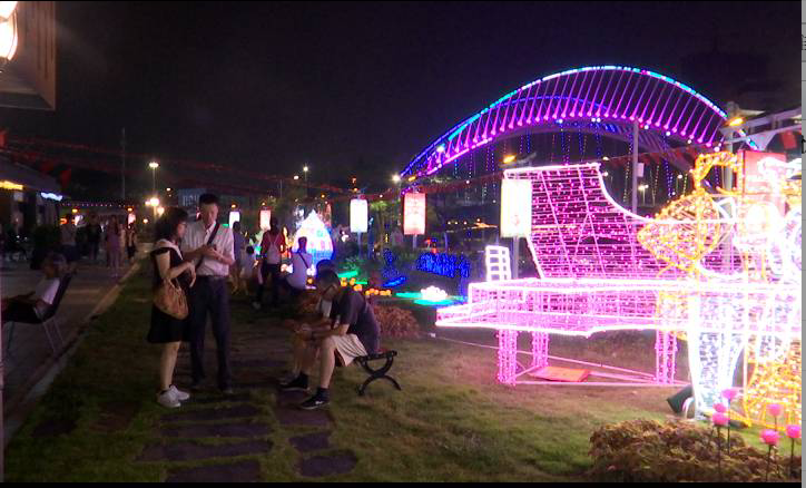 中秋节:市民户外共赏明月度佳节