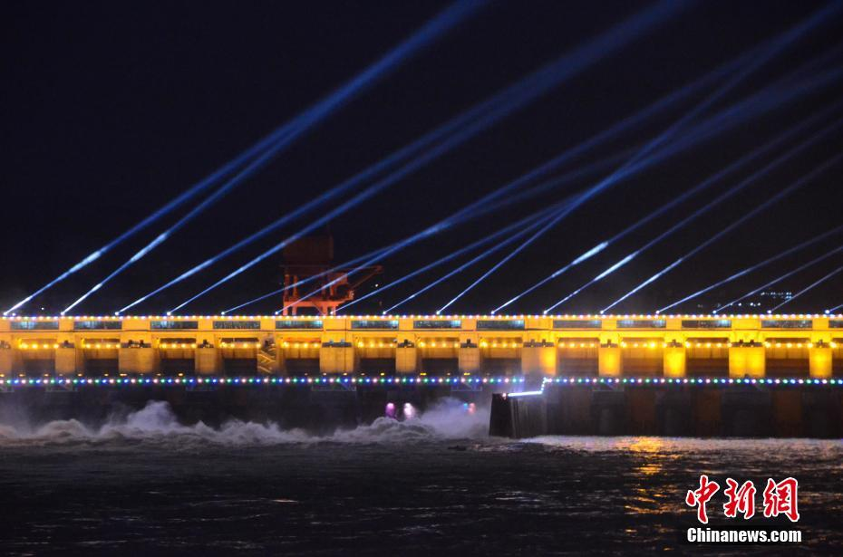葛洲坝开启大型彩灯