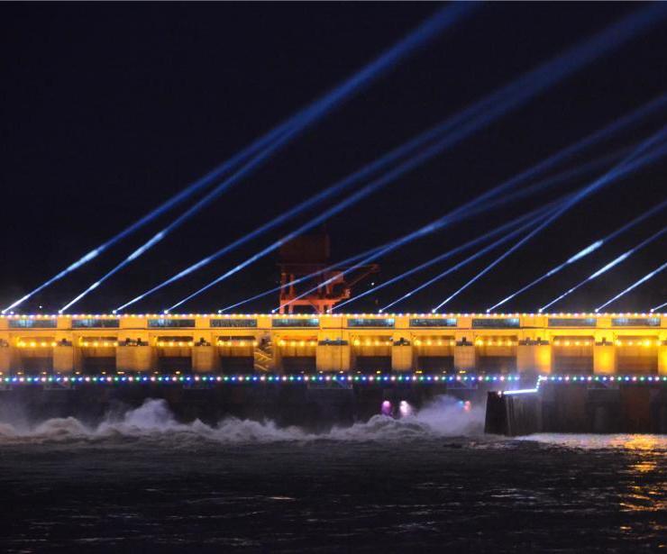 长江葛洲坝开启大型彩灯