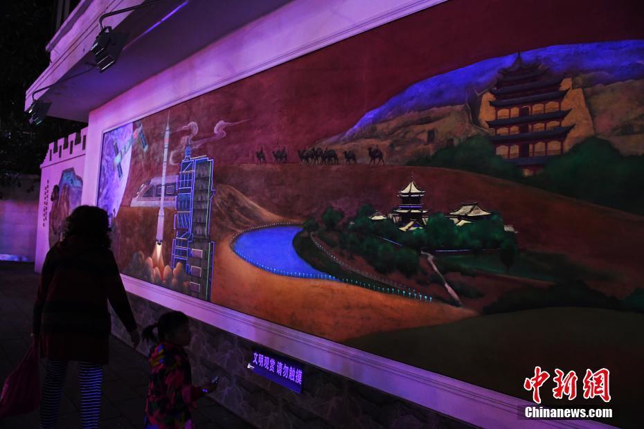 兰州街头丝路荧光壁画