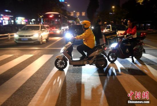中国繁荣夜间经济效果显现 外卖夜间订单明显?#23896;? title=