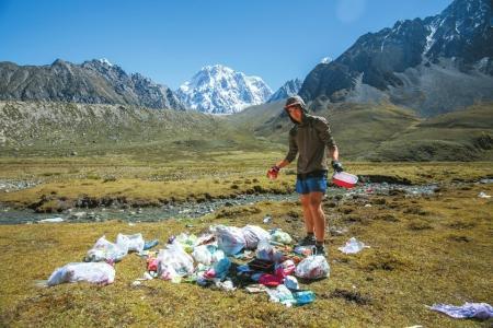 美国小伙贡嘎山下越野跑捡垃圾 呼吁大家爱护环境