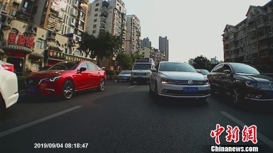 """湖北宜昌:救護車救人遇擁堵 車輛讓出""""生命通道"""""""