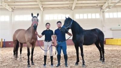 山西女孩帶兩匹馬上大學 贈學校作教學用馬使用
