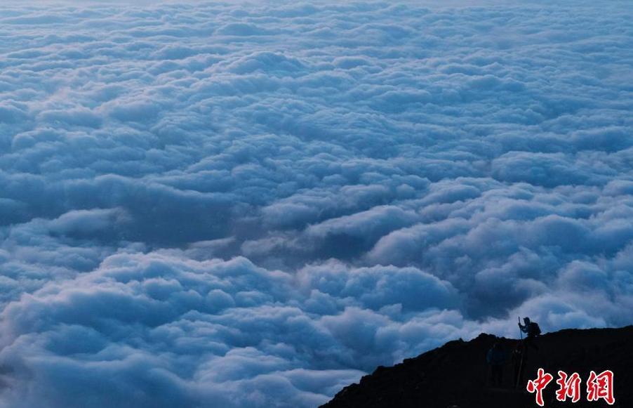 富士山攀登者 去云海之上沐浴陽光