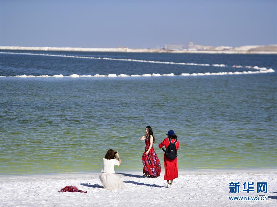 察尔汗盐湖美景引客来