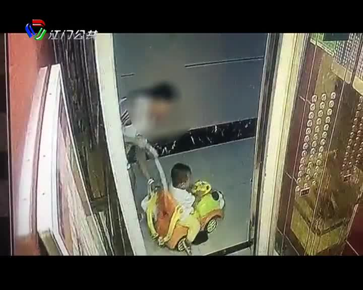 儿童车牵引绳被电梯门夹住 一岁半儿童脸部摔伤