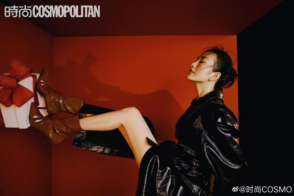 王鷗穿黑色皮衣盡顯御姐風范 腳踩長靴酷颯十足