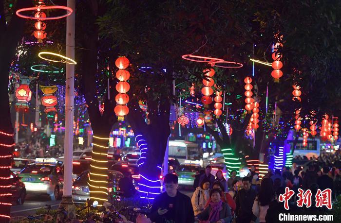 福州街頭彩燈裝飾一新迎佳節