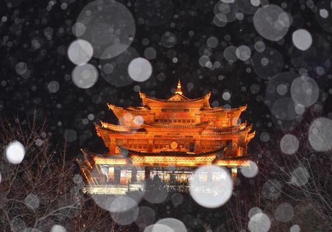 香格里拉迎降雪 古城夜景美如画