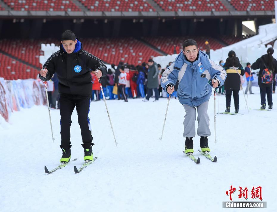 中小學生鳥巢嬉冰雪