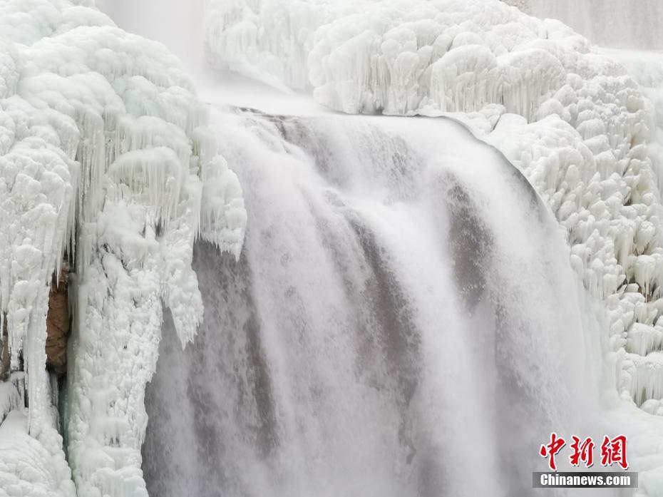 祁连山下大峡谷寒冬腊月飞瀑流泉成层层冰挂