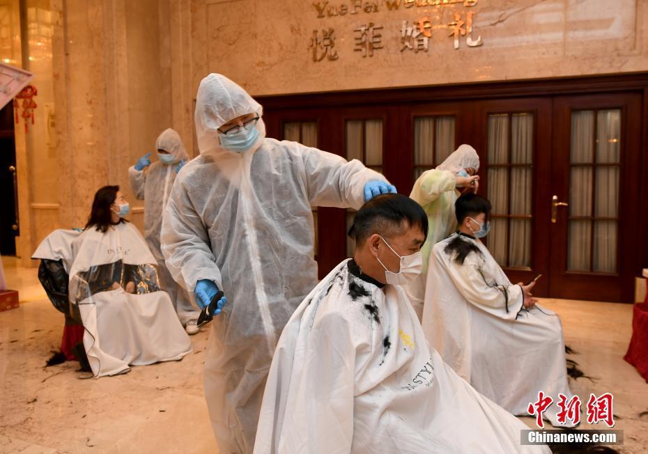 武汉市理发师志愿者为医疗队免费提供剪发服务
