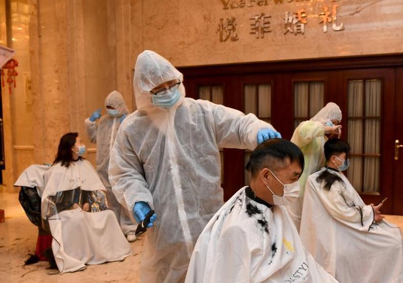 武漢市理發師志愿者為醫療隊免費提供剪發服務