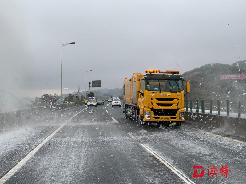 京珠北高速用吹雪車除冰 局部封閉
