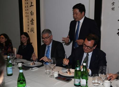 意大利卫生与预防医学专家组团吃中餐声援华商