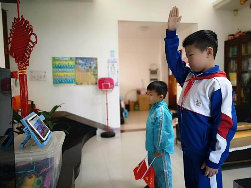 """龙8娱乐城16万名中小学生和家长参加线上升旗仪式 致敬""""逆行者""""凝聚爱国情"""