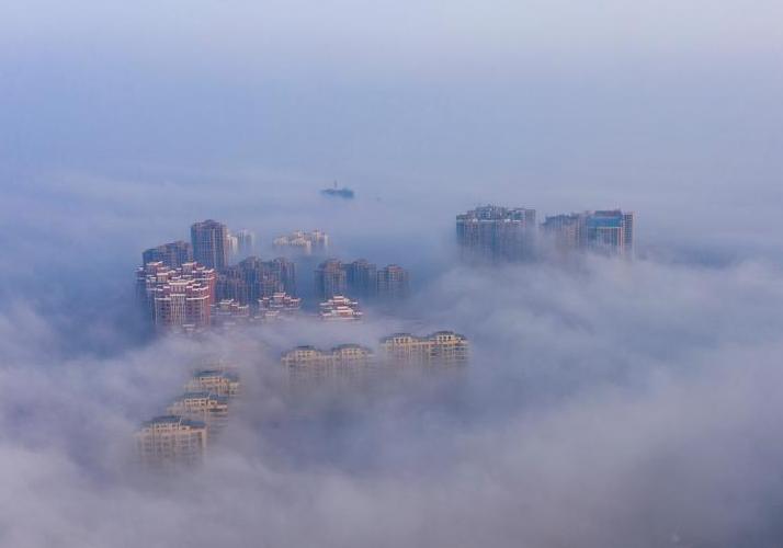 江西都昌现大雾天气 雾气缭绕宛若仙境