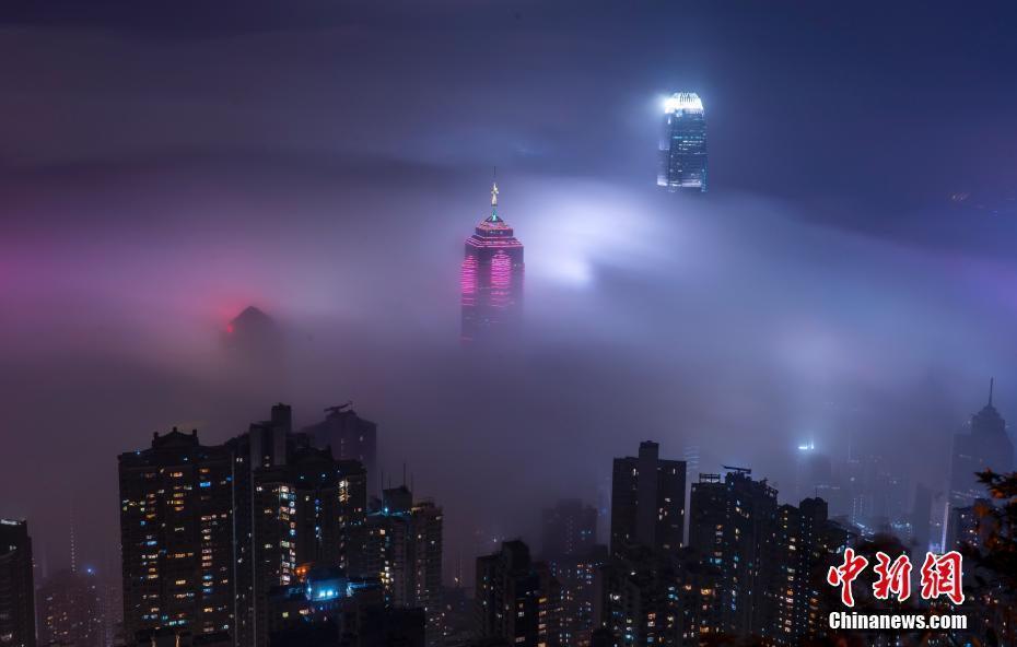 香港维港上空出现平流雾奇观