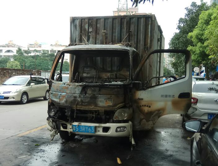 东莞货车今晨送货到蓬江突遇自燃