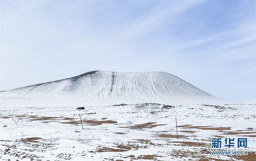 春雪覆火山