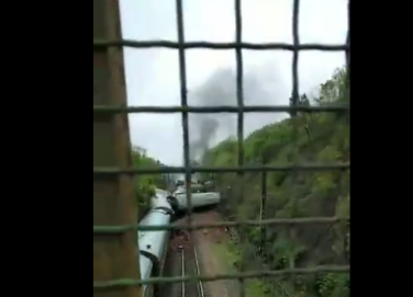 广铁通报火车在湖南境内出轨:现场发生线路塌方
