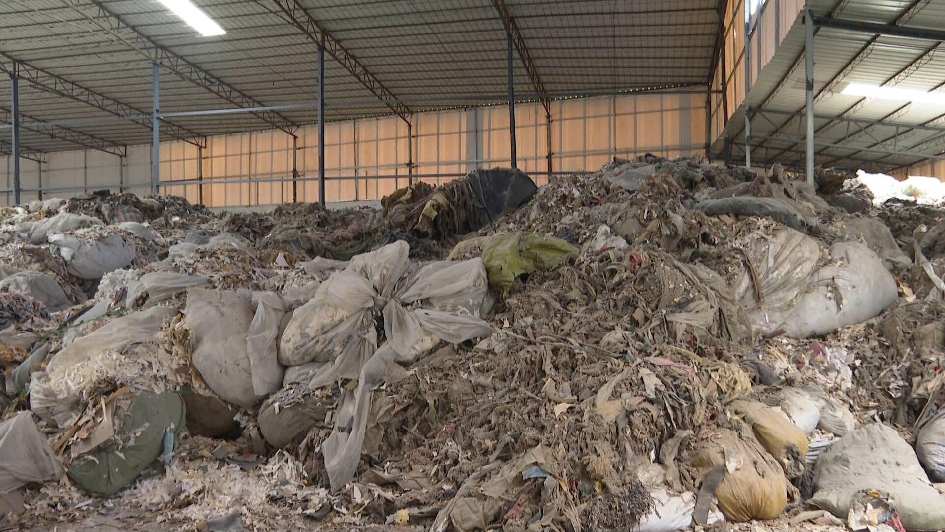 蓬江区又一厂房一夜变垃圾场 公安与环保部门介入调查