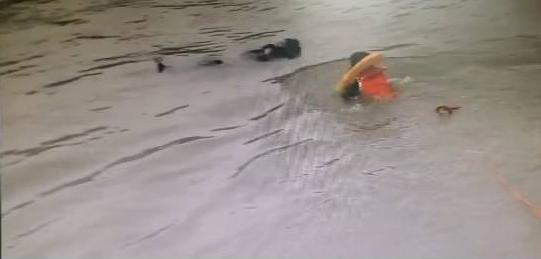 一男子在蓬江区胜利大桥附近跳河 漂浮500米后获救