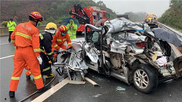 江罗高速发生交通事故小车严重变形