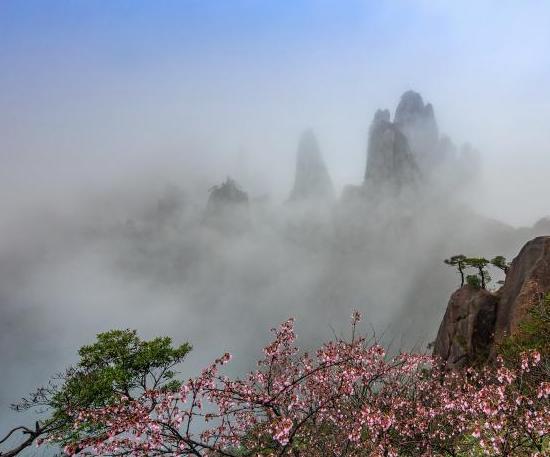 三清山云雾翻涌若仙境