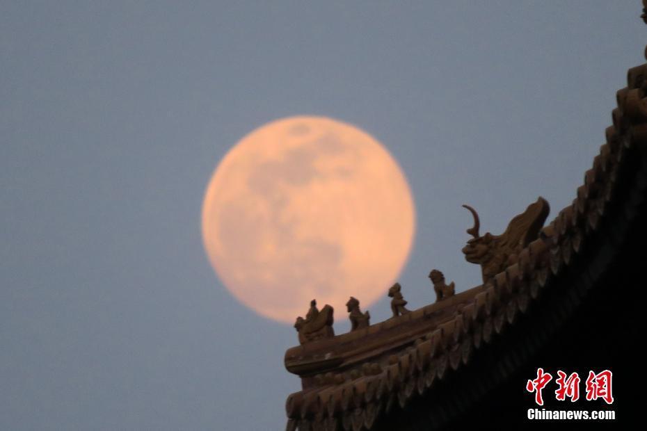 北京故宫角楼圆月升