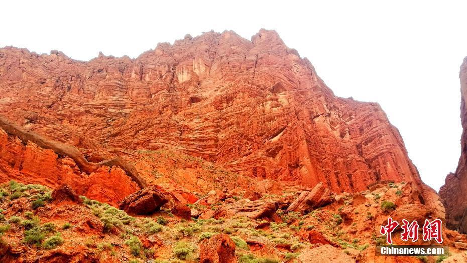 新疆天山紅色的山崖