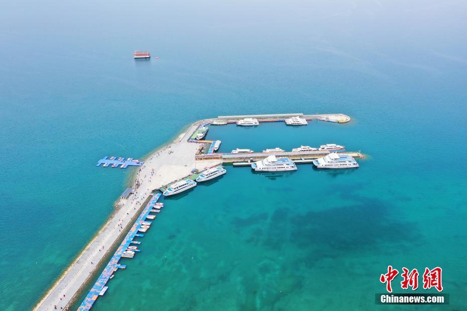 航拍初夏的青海湖