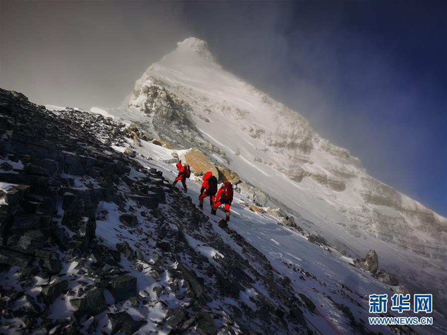 2020珠峰高程测量登山队成功从北坡登上珠峰顶峰
