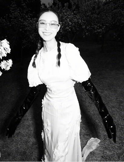 倪妮夏夜花丛大片 笑颜如花气质佳